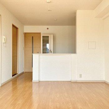 対面キッチンなので家事をしながら〜の「ながら作業」もできますね。(※写真は3階の反転間取り別部屋のものです)