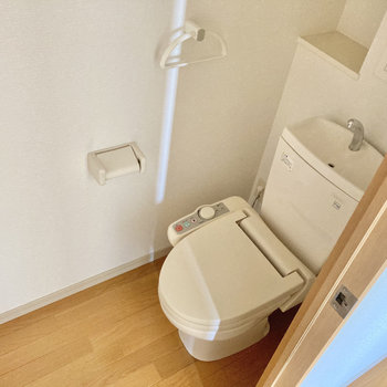 トイレはウォシュレット付き!(※写真は3階の反転間取り別部屋のものです)