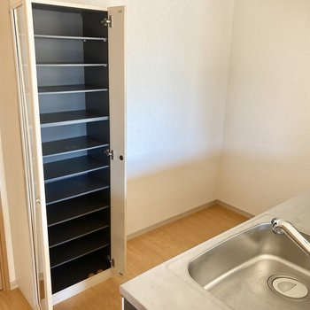 キッチン後ろに冷蔵庫は置けます。可動式の食器棚もありました。(※写真は3階の反転間取り別部屋のものです)