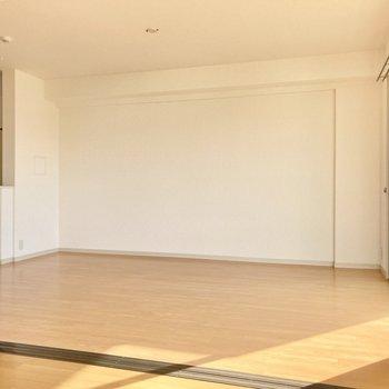 約13帖もあるのでかなり広々〜!家具も大きめをチョイスしたいなぁ。(※写真は3階の反転間取り別部屋のものです)