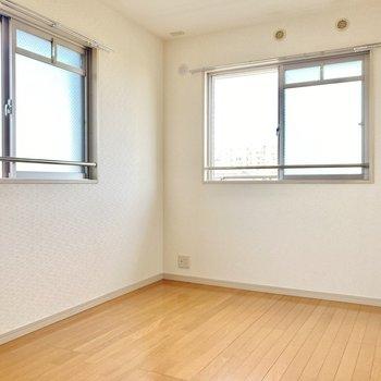 こちらは2面採光!寝室にもピッタリ。(※写真は3階の反転間取り別部屋のものです)