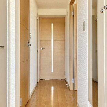 一度廊下に出てみましょう!玄関入ってすぐの扉は洋室になっています。(※写真は3階の反転間取り別部屋のものです)