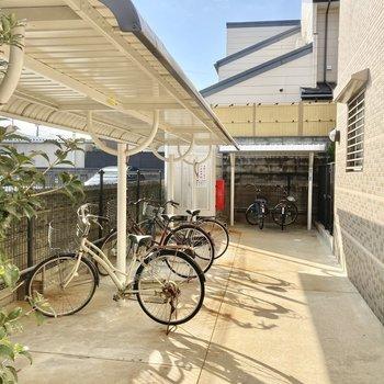 屋根付きの自転車置き場はしっかりサイズ。