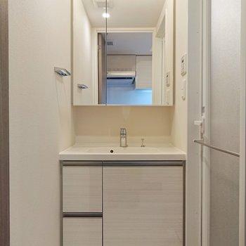 コンパクトな洗面所。白色で清潔感があります。※写真は9階の同間取り別部屋のものです