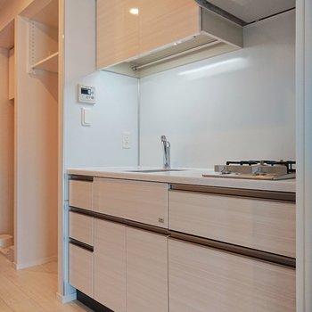 横の空間には、大きい冷蔵庫も置けそう。※写真は9階の同間取り別部屋のものです