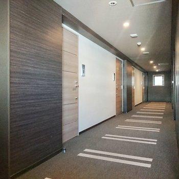 廊下はホテルライクですね。