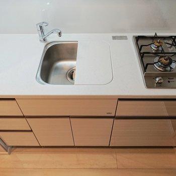 キッチンにコンセントがあるのって便利。コーヒーメーカーなど置けますね。※写真は9階の同間取り別部屋のものです