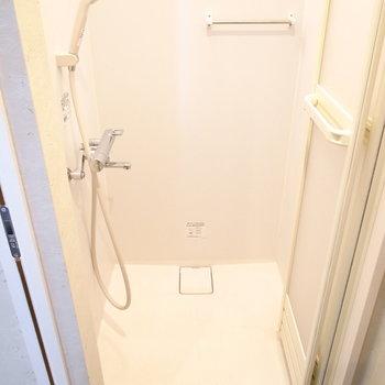 【1階】お風呂はシャワールームです。スペースはちょうどひとり分ほど。