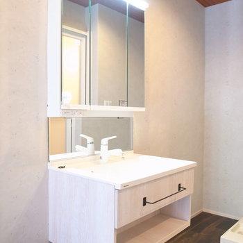 【1階】ちょっと凝った洗面台です。収納もしっかりありますよ!