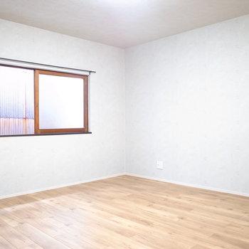 【3階 ベッドルーム】こっちも広々していますよ!ローテーブルをおいてくつろぐこともできます。