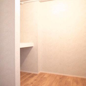 【2階 収納①】階段近くの収納スペースは2つ。こちらはお洋服を仕舞うのによさそうなWIC。