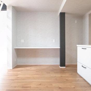 【2階 LDK】キッチンの近くにはテーブルがあります。テレビを置くならこちらに。