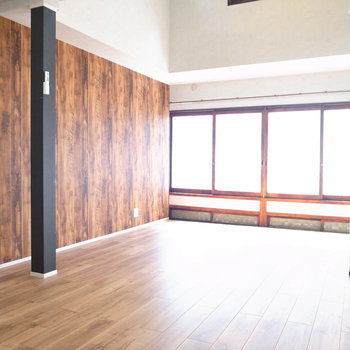 【2階 LDK】南向きで日差しが明るいですね!本物の木材とウッド調のクロスが合わさってあったかい空間。