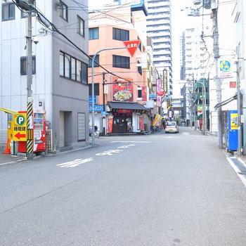 【周辺環境】お部屋を出て右のほうは大通りへ続いています。