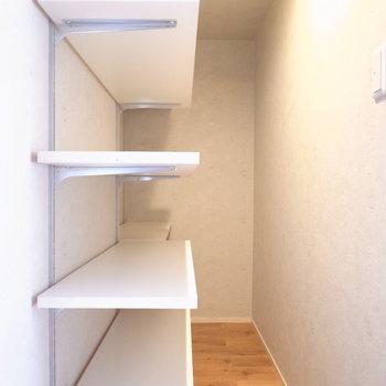 【2階】キッチン裏にはパントリーがあります。たっぷりの奥行き!