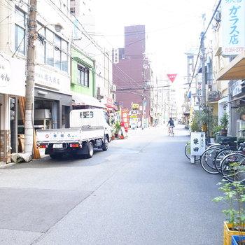 【周辺環境】左は飲食店などがポツポツと。繁華街ながら、下町のような雰囲気があって不思議な感じ。