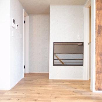【2階 LDK】テーブル側から。収納スペースと階段が集まっています。