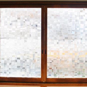 【2階 LDK】ガラスはモザイク柄なんです◎開閉もスムーズ。
