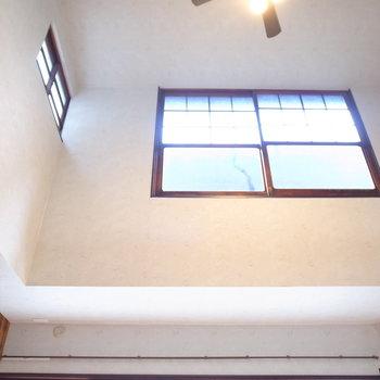 【2階 LDK】天井を仰ぐと、けっこう高い!頭上にも窓があるの、いいですよね〜。