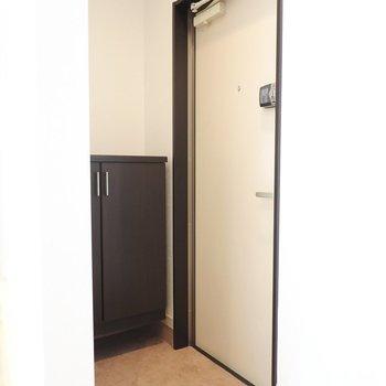 玄関は先程見たトイレの前に。(※写真は同間取り別部屋のものです)