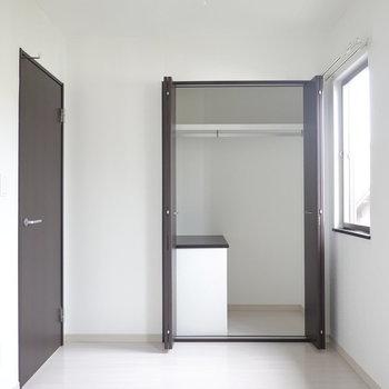 こちらのお部屋もクローゼット付き。(※写真は同間取り別部屋のものです)