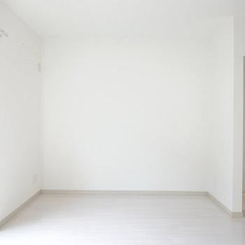 大型テレビと黒いレザーのソファを置いて、くつろげるおうちシアターを作りたい。右手に洗濯機置き場があります。(※写真は同間取り別部屋のものです)