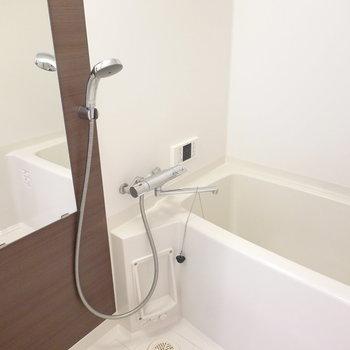 お風呂も落ち着く雰囲気。嬉しい追い焚き機能付きです。(※写真は同間取り別部屋のものです)