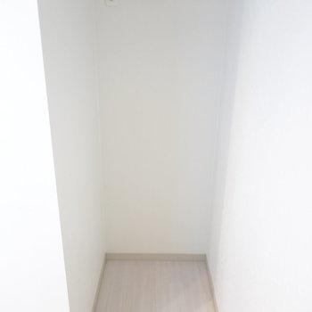 左側は冷蔵庫置き場。(※写真は同間取り別部屋のものです)
