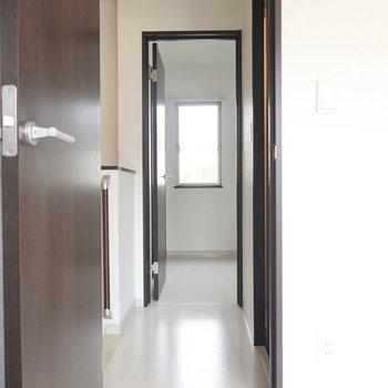 階段廊下に出て正面にもうひとうの洋室。(※写真は同間取り別部屋のものです)