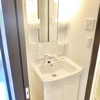 棚付きの洗面台。暖色照明が心地良い◎(※写真は同間取り別部屋のものです)
