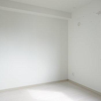 南側の約6帖の洋室。窓の左にスタンディングデスクを置いてワークスペース兼寝室に。(※写真は同間取り別部屋のものです)
