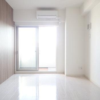 壁紙は木調なので、(※写真は15階の反転間取り別部屋のものです)
