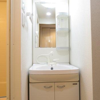 洗面台で身だしなみを(※写真は9階の同間取り別部屋のものです)