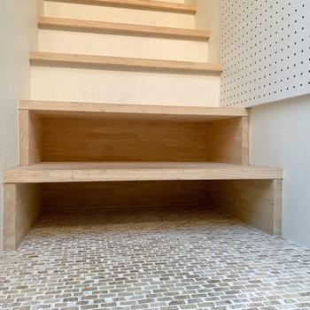階段下2段は、シューズボックス変わりになっています。
