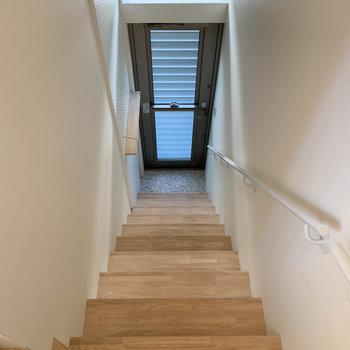 階段を降りて、玄関へ。