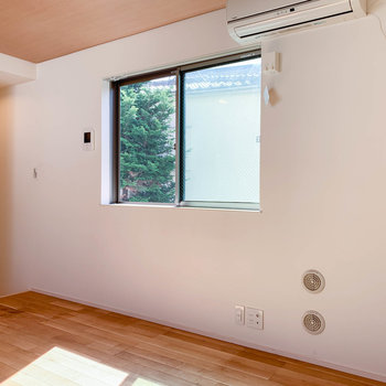 エアコン側の窓は南向きです。