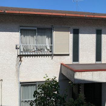 北側の眺望。共用部挟んで、向かいの住宅。