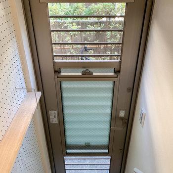 玄関扉の曇りガラスは、スライドすると換気できる作り!