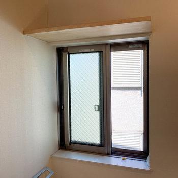 トイレ上には棚と、換気用の窓があります。