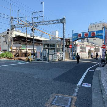 最寄りの代田橋駅周辺。商店街があります。
