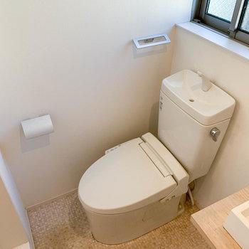 その隣に温水洗浄便座付きのトイレ。