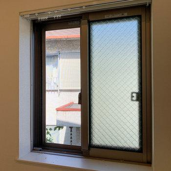 畳部分にも窓。出窓っぽくなっていて、マグカップも置けたり。
