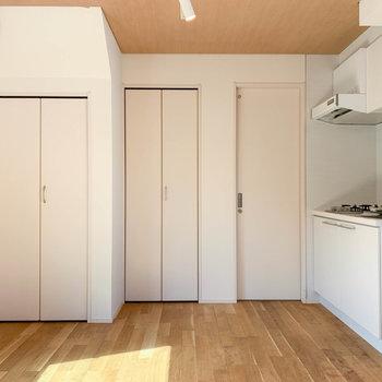 まずはキッチン側から。奥に脱衣所があります。