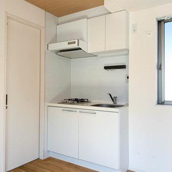 キッチンへ。上下の扉は収納です。