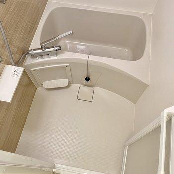 ゆったりとした浴室。乾燥機付きですよ。