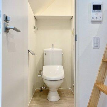 お手洗いは温水洗浄便座付きです。右手に浴室があります。