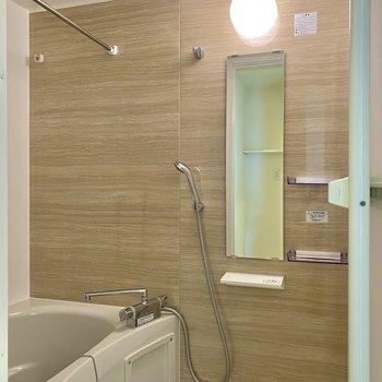 乾燥機付きの浴室。明るいブラウンが視覚的にもリラックスできそう。