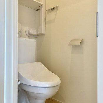 お手洗いは別室にあり、温水洗浄便座付き。