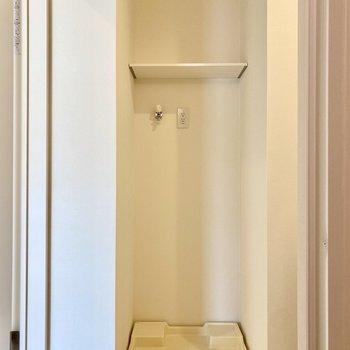洗濯機置き場は左側にあります。