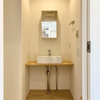 むき出しの配管がオシャレな造作洗面台。